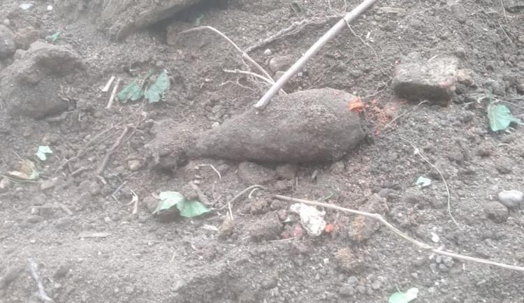 Muž v Brně okopával zahrádku, místo úrody na něj ale ze země vykoukla dělostřelecká mina