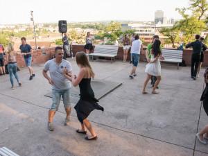 Každý týden se park pod Petrovem rozvlní do latinskoamerických rytmů. Open Air Salsa je otevřena pro každého