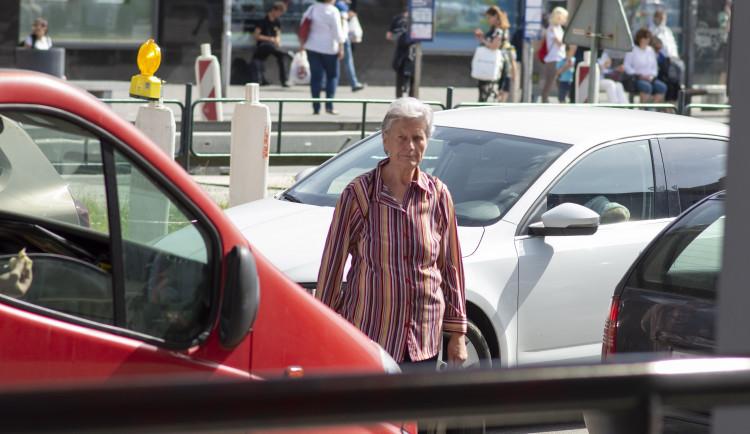 FOTO: Místo přechodu u Vaňkovky stojí plot. Mezi auty ale lidé kličkují dál, včetně dětí