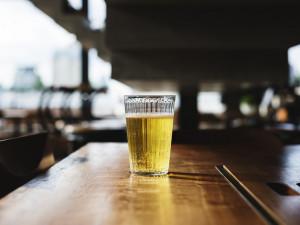 Muž se v brněnském baru chystal spáchat sebevraždu. Drinkem chtěl zapít kelímek plný prášků