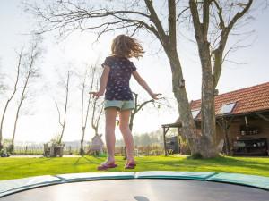 S létem přibývá vážných zranění, které si děti udělají na trampolínách