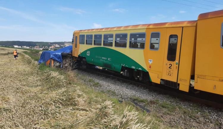 FOTO: Na Blanensku se na přejezdu srazil vlak s dodávkou