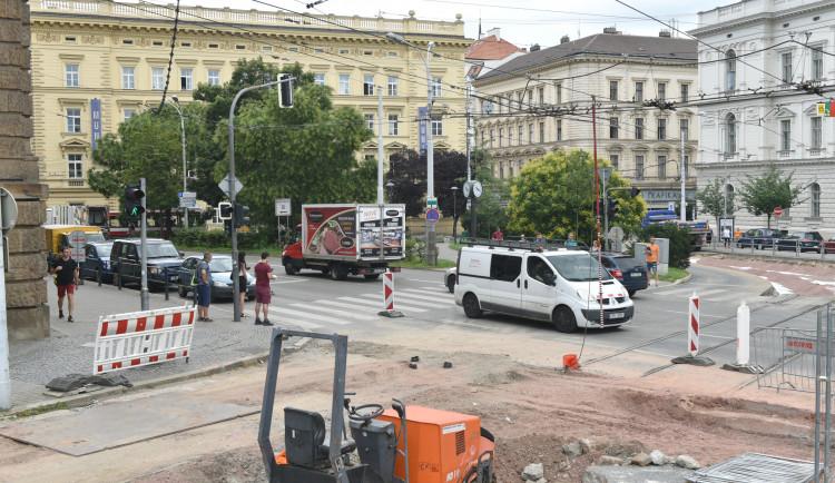 Řidiči projedou Žerotínovým náměstím jedním pruhem v každém směru
