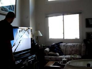 Z okna paneláku v Brně vyletěla televize a pak další vybavení bytu, vyházel je mladík po hádce s kamarády