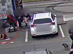 VIDEO: Brutální útok v centru Brna. Muž podkopl u Grandu ženě nohy a pak ji mlátil a kopal do hlavy