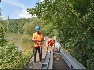 Stezka Zouvalka na levém břehu Prýglu prochází rekonstrukcí, dělníkům práce komplikují výletníci