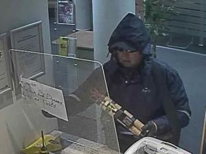 VIDEO: Zloděj vyloupil rakouskou banku. Podle policistů mohl být z Česka, Rakušané vypsali odměnu