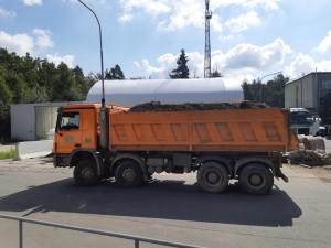 Policisté si vytipovali přetížené náklaďáky, některé vezly náklad i o 14 tun těžší. Provozovatele čekají vysoké pokuty