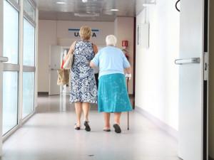 Nemocnice na jižní Moravě kvůli koronaviru postupně zavádí zákaz návštěv