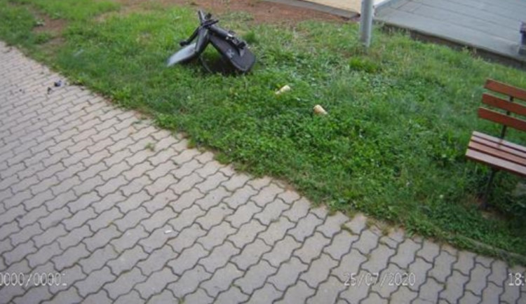 Na ulici v Brně přistála kancelářská židle ze čtvrtého patra, mladíkům se zvrhla párty