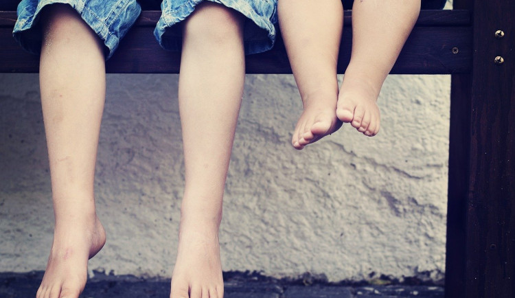 Po Brně cestovala bosá tříletá holčička a její čtyřletý bratříček, polonahých děti se ujali až strážníci