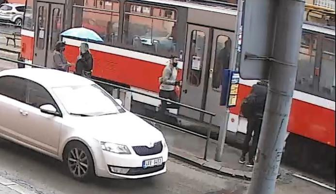 VIDEO: Mladý muž v Brně napadl a okradl revizorku, pátrá po něm policie