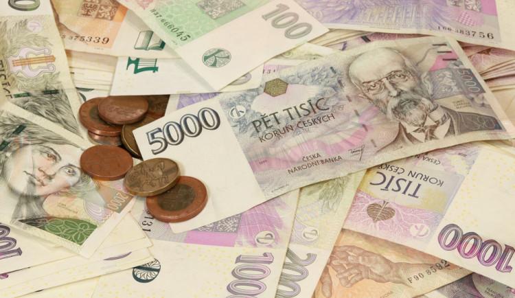 Dvě cizinky použily známou fintu na ukradení peněz, platily pětitisícovkou a chtěly vrátit eura