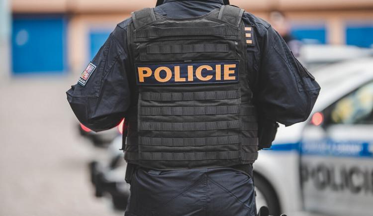 Policisté chytili na Brněnsku dva zfetované muže bez řidičáku, jak v noci táhli auto na tažném laně
