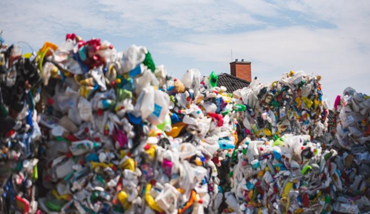 FOTO: S barevným kontejnerem to teprve začíná. Jak vypadá cesta tříděného odpadu?