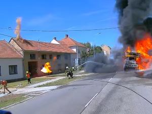 VIDEO: Při požáru jeřábu na Vyškovsku vybouchly pneumatiky, několik hasičů se zranilo