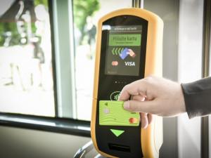 Lidé si za první měsíc provozu koupili kartou ve vozech brněnské MHD více než 200 tisíc jízdenek
