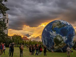 Modely Země a Měsíce se vrací na Kraví Horu. Terralóna a Lunalón se tentokrát objeví spolu