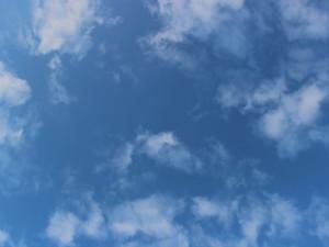 POČASÍ NA ČTVRTEK: Polojasné nebe a letní teploty k osmadvaceti stupňům
