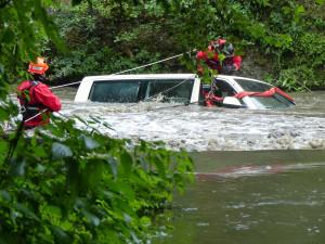 FOTO: Hasiči vytáhli na Brněnsku dva muže ze zatopeného auta