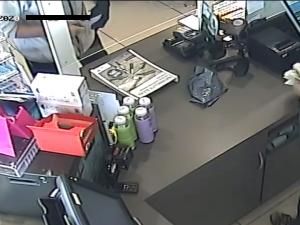 VIDEO: Zloděj s nožem v ruce přepadl benzínku v Brně. Obsluze se za to omluvil