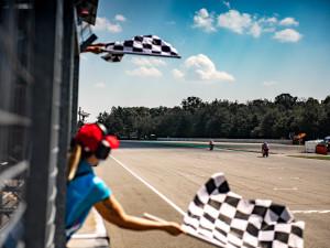 Ohlédnutí za MotoGP v Brně: překvapivý vítěz, historická výhra a stovky diváků za plotem