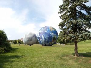 Blízké setkání vesmírného druhu. Na Kraví hoře v Brně se k sobě tulí modely Země a Měsíce