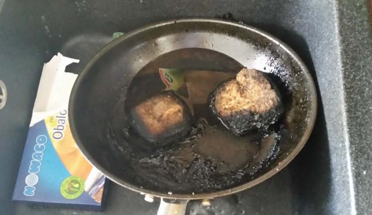 Žena zapomněla na oběd na plotně, ten začal hořet. Policisté museli vykopnout dveře
