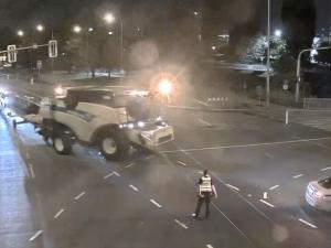 VIDEO: Řidič kombajnu zabloudil cestou ze žní v Brně