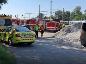 U Tišnova vykolejil vlak, místo dávají do pořádku hasiči, trať je uzavřená
