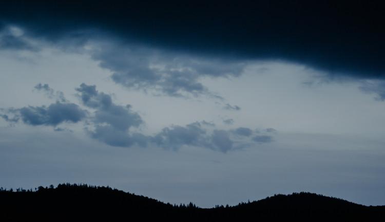 POČASÍ NA PÁTEK: Vysoké teploty přetrvají, místy se objeví bouřky