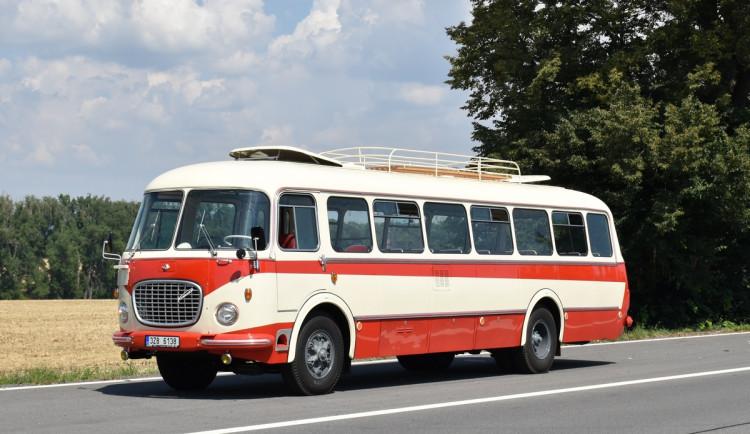 Nejdřív vozil lidi, pak koně v JZD. Dopravnímu podniku se podařilo získat funkční retro autobus