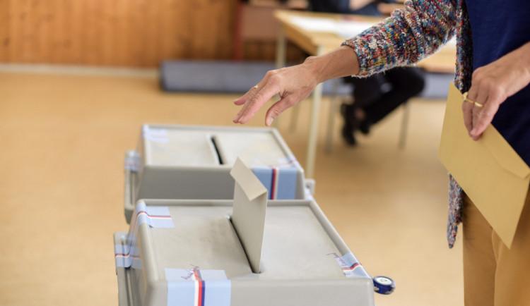 O křesla v krajském zastupitelstvu bude bojovat šestnáct politických subjektů