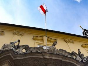 Brno vyvěsilo historickou vlajku Běloruska na vyjádření solidarity s oběťmi brutálních policejních represí