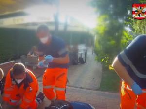 VIDEO: Policisté a zdravotníci zachránili život muži, který zkolaboval na fotbalovém hřišti v Brně