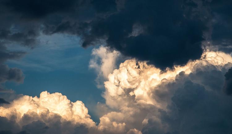 POČASÍ NA ÚTERÝ: Zatažená obloha a přeháňky, místy bouřky
