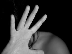 Muž na benzince brutálně mlátil a kopal mladou ženu, skončila v nemocnici