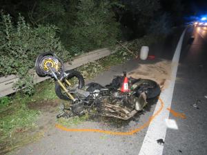 Motorkář se při předjíždění čelně srazil s osobákem, ve kterém jela čtyřčlenná rodina. Na místě zemřel