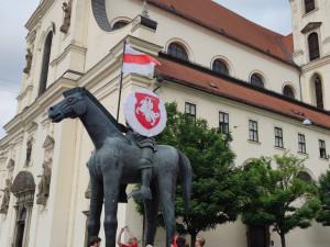 Historický znak a vlajka Běloruska nově zdobí sochu Jošta, město tak chce vyjádřit podporu občanské společnosti v Bělorusku