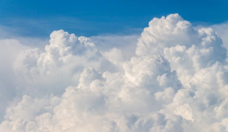 POČASÍ NA ÚTERÝ: Oblačno, ojediněle přeháňky