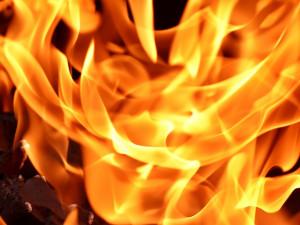 Mladík zapálil spícího kamaráda. Vzplálo na něm oblečení, utrpěl popáleniny druhého stupně