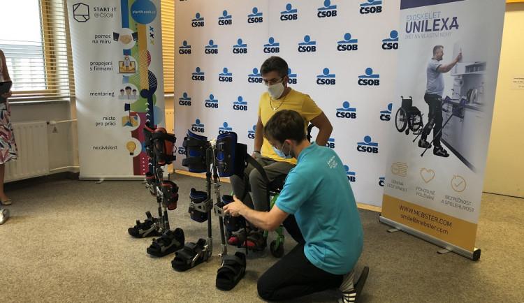 Když se sen změní v realitu. Nový exoskelet umožní lidem na vozíku stát a chodit