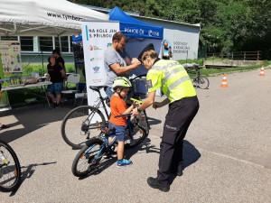 Na kole jen s přilbou! Tým silniční bezpečnosti ve Valticích a Znojmě poradil, jak bezpečně na kole