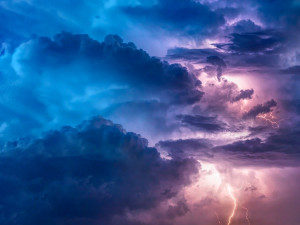 POČASÍ NA NEDĚLI: Přes den dusno, večer bouřky a silný vítr
