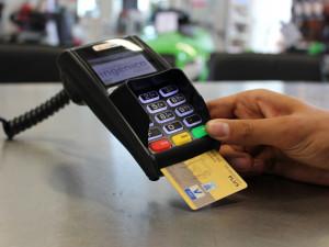 Mladý muž ztratil peněženku. Nálezce mu začal vybírat peníze bezkontaktní kartou