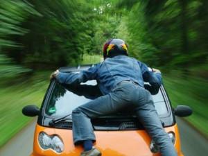 Žena nabrala exmanžela na auto, muž se na kapotě vezl půl kilometru Brnem