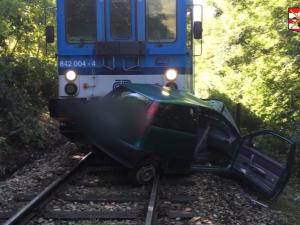 Osobní vlak narazil u Ivančic do auta na přejezdu, na místě zemřela jednaosmdesátiletá řidička auta