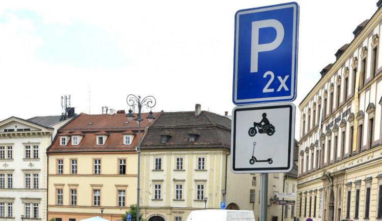 Koloběžky se dočkají vlastního piktogramu na dopravních značkách. Mělo by to snížit počet špatně umístěných koloběžek