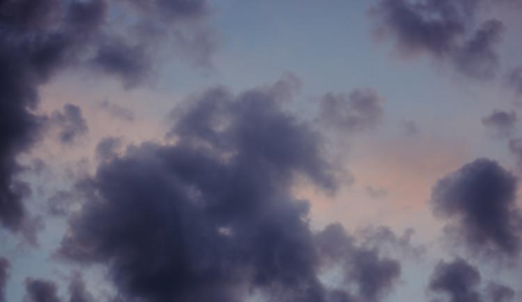POČASÍ NA PÁTEK: Nejdřív mraky, odpoledne polojasno