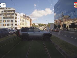VIDEO: Travnaté pásy na Nových sadech nevydržely ani pár hodin. V den otevření je rozjezdil arogantní řidič terénním autem